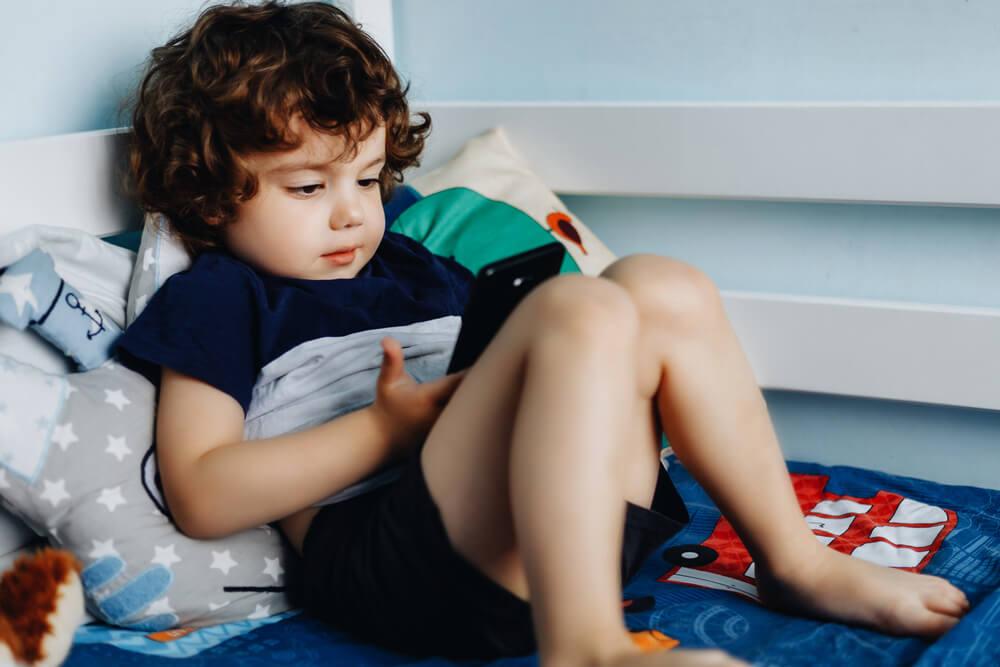 Kind speelt op een mobiel
