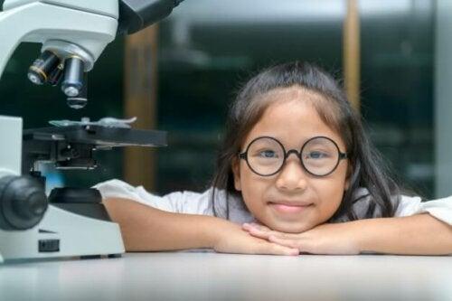 Meisje bij een microscoop