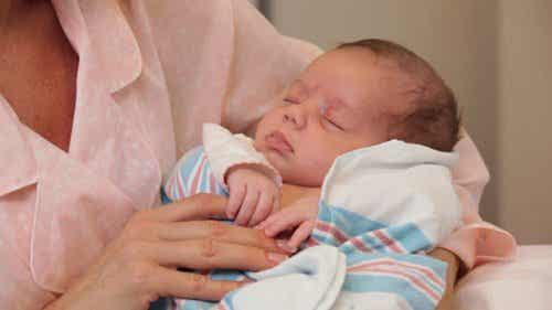 De moeder moet de eerste zijn om de baby vast te houden