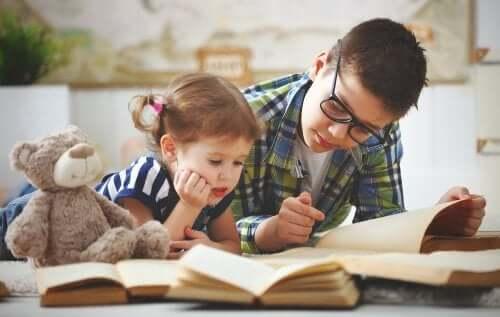 Broer en zus lezen samen