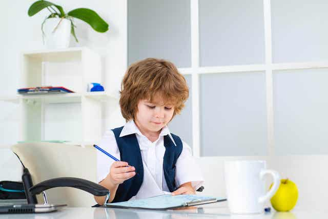 Kind leert hoe te organiseren