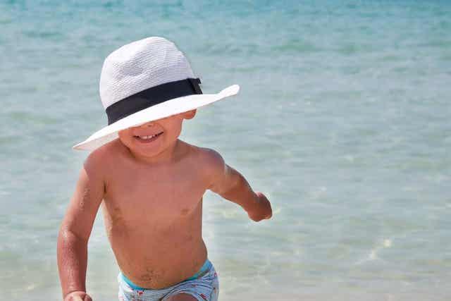 Een grote hoed kan beschermen tegen de zon