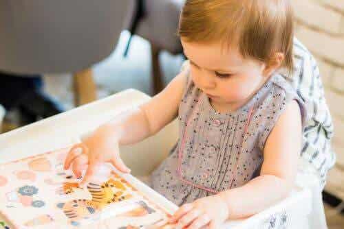 Baby ontdekt geluiden in boek