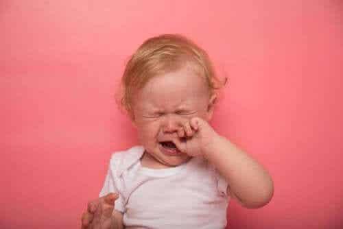 De symptomen van doorkomende tandjes bij baby's