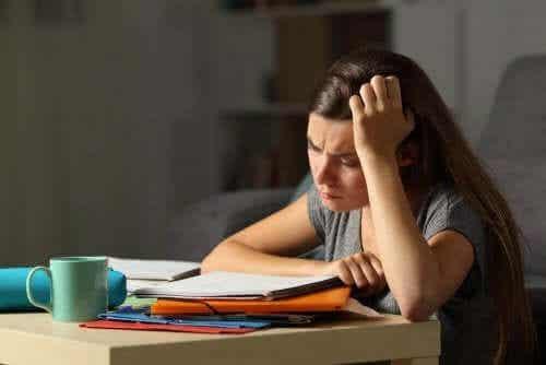 Hoe weet je of je tiener uitgeput en gestrest is?