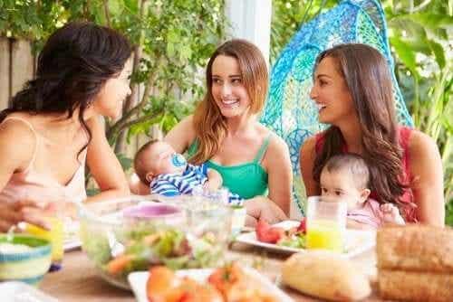 Hoe nieuwe ouders voor hun sociale leven moeten zorgen