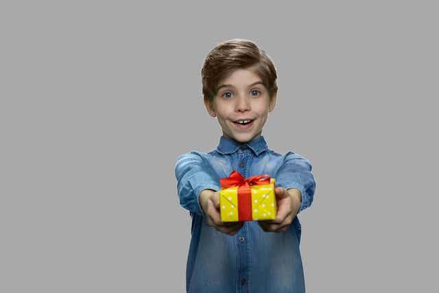 Liefdadigheidsgeschenken om blijheid te verspreiden