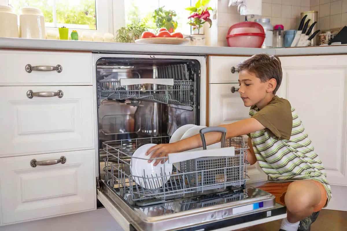 Klusjes zoals de vaatwasser leeghalen kunnen kinderen helpen verantwoordelijkheid te ontiwkkelen