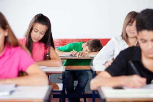 Tieners die avondmensen zijn hebben moeite wakker te blijven in de klas