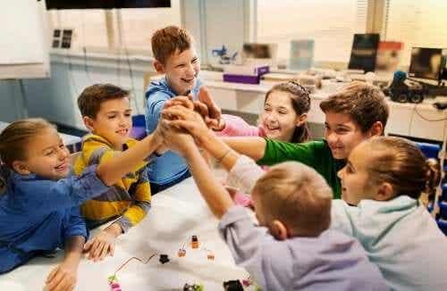 Kinderen leren samen in een groep