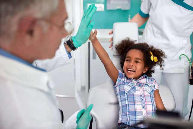 Blij meisje bij de tandarts
