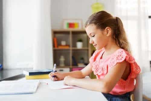 Meisje maakt huiswerk thuis