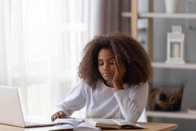 Meisje probeert haar aandacht aan de studie te houden