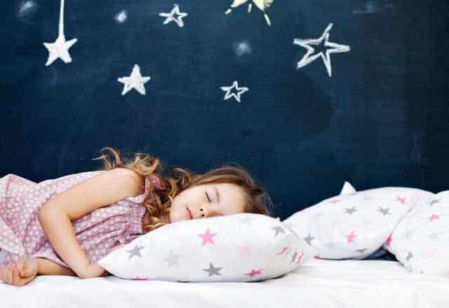 Meisje slaapt lekker in haar eigen bed