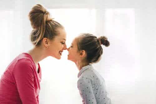Een gelukkige moeder en dochter
