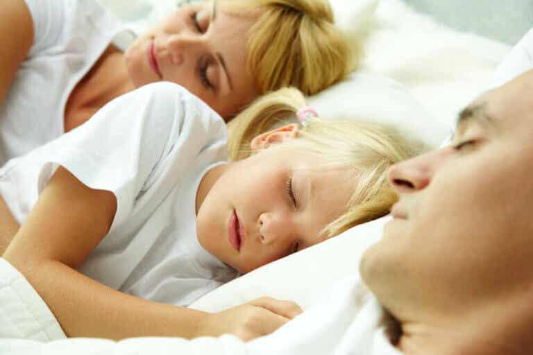 Moet je je kinderen bij je laten slapen?