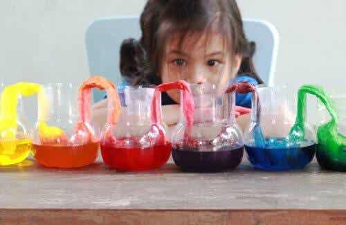 4 wateractiviteiten die je binnen kunt spelen zoals een eigen regenboog maken