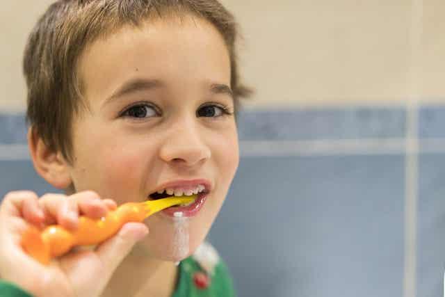 Tandenpoetsen met tandpasta met fluoride