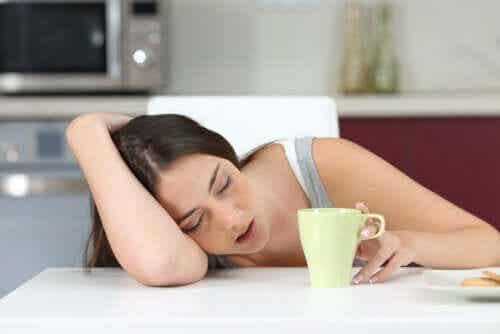 Meisje slaapt op haar bureau omdat ze uitgeput is