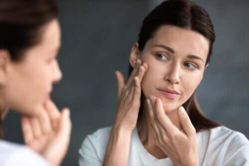 Hoe beïnvloeden hormonale veranderingen de huid na de bevalling?