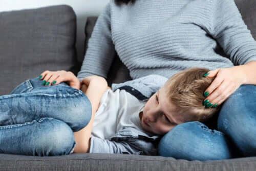 Wat zijn de oorzaken van acute scrotum bij jongens?
