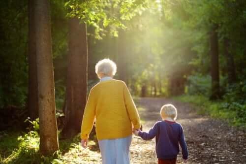 Grootmoeders zijn de lichten die hun kleinkinderen leiden