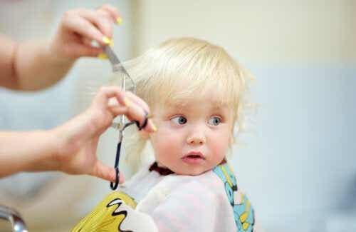 Hoe knip je het haar van je baby?