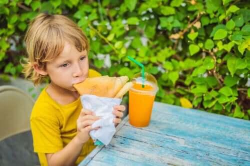 Het risico van snacken tussen de maaltijden door bij kinderen