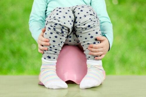 Witte poep bij baby's en kinderen: oorzaken en behandeling