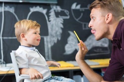 Hoe behandel je een te korte tongriem van een kind?