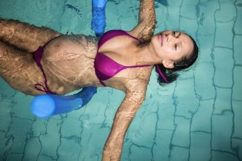 5 Oefeningen in het zwembad voor zwangere vrouwen